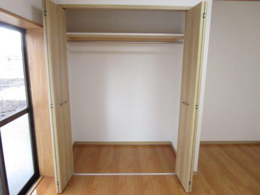 各居室に枕棚とパイプ付きのクローゼットが付いています(収納)