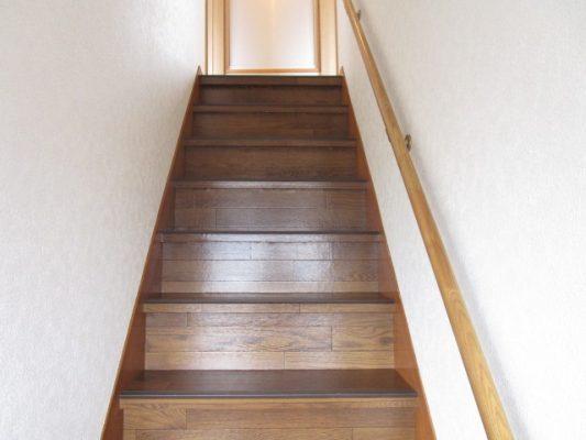 階段はクッションフロアを貼り、滑り止めを取り付けました(洋室)