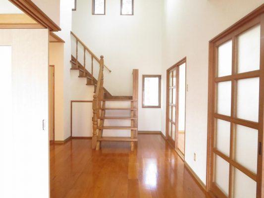 壁、天井はクロスを張替え、床はクリーニングを行い綺麗にしました
