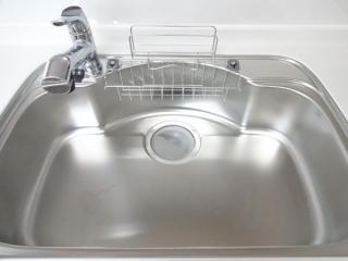キッチンのシンクはワイドでつなぎ目なしの一体成型で拭き上げもしやすいので、いつもピカピカにお使い頂けます(キッチン)