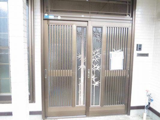 玄関ドアは既存のままクリーニング及び鍵交換を行いました(玄関)