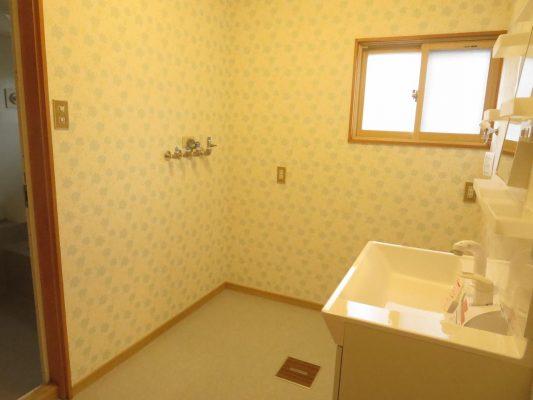 壁、天井のクロスの張替え、床はクッションフロアの張替え、照明交換を行いました(洗面所)