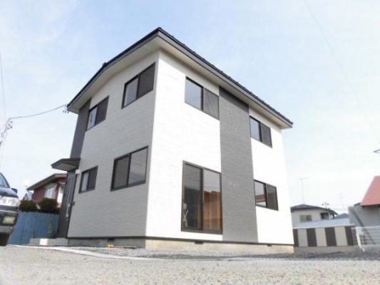 外壁も新しく張り替え、近代風の外観の住宅へと生まれ変わりました(外観)